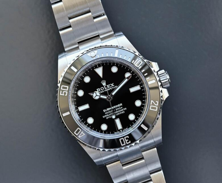 The new copy Rolex Submariner provides power reserve of 70 hours.